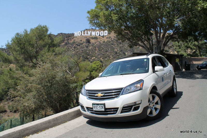 Chevrolet Traverse на фоне Hollywood Sign