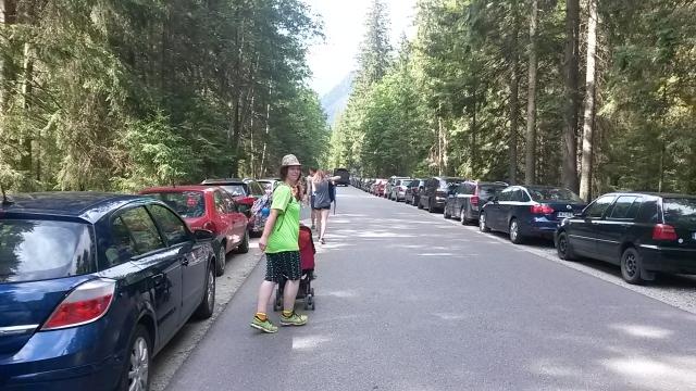 Сплошная парковка в течение 1.5 км до самого входа на тропу к Морскому Оку