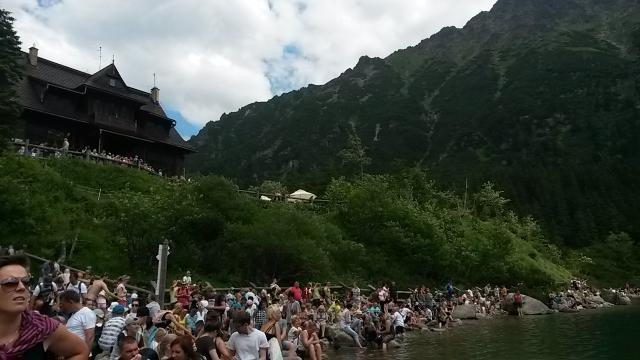 Толпы народа у Морского Ока